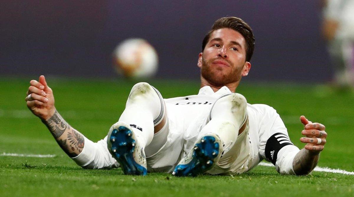 Sergio Ramos, en el suelo, lamentándose de una jugada.