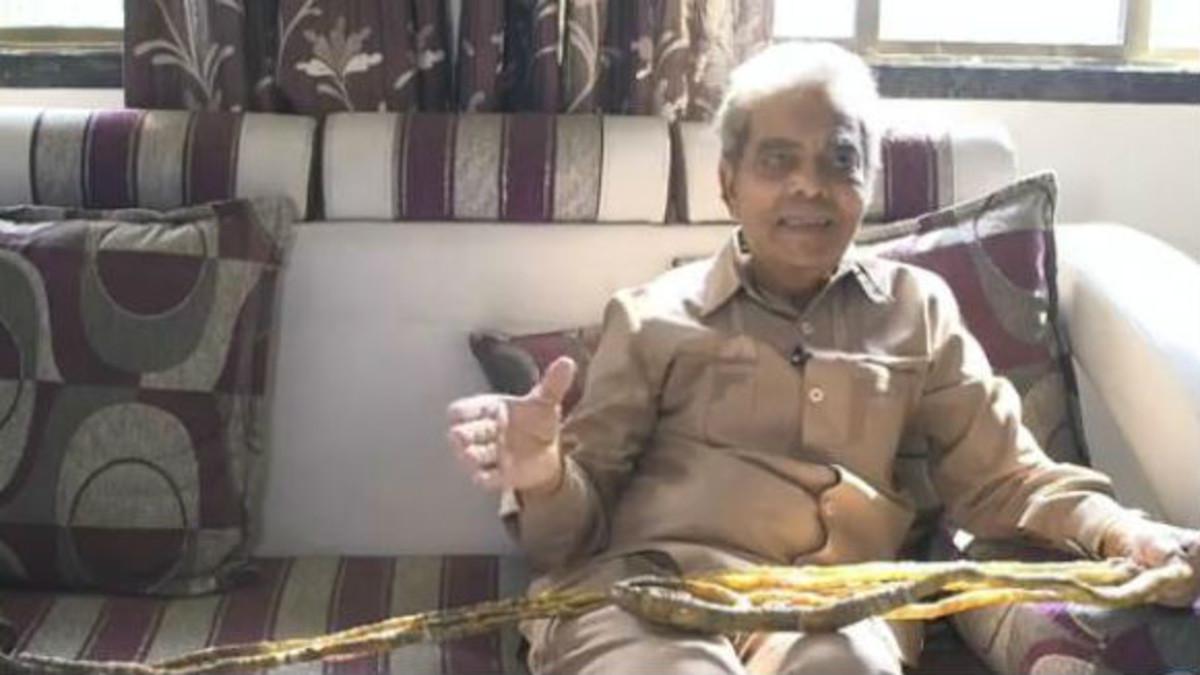 Shridhar Chillal de Pune, momentos antes de cortarse las uñas