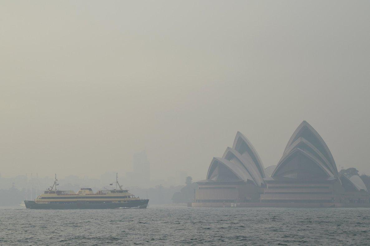 La Opera de Sidney, vista con la neblina de humo de los incendios forestales en Nueva Gales del Sur.