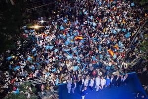Simpatizantes del PP, la noche del 26-J, desde el balcón de la sede del partido en la calle Génova.