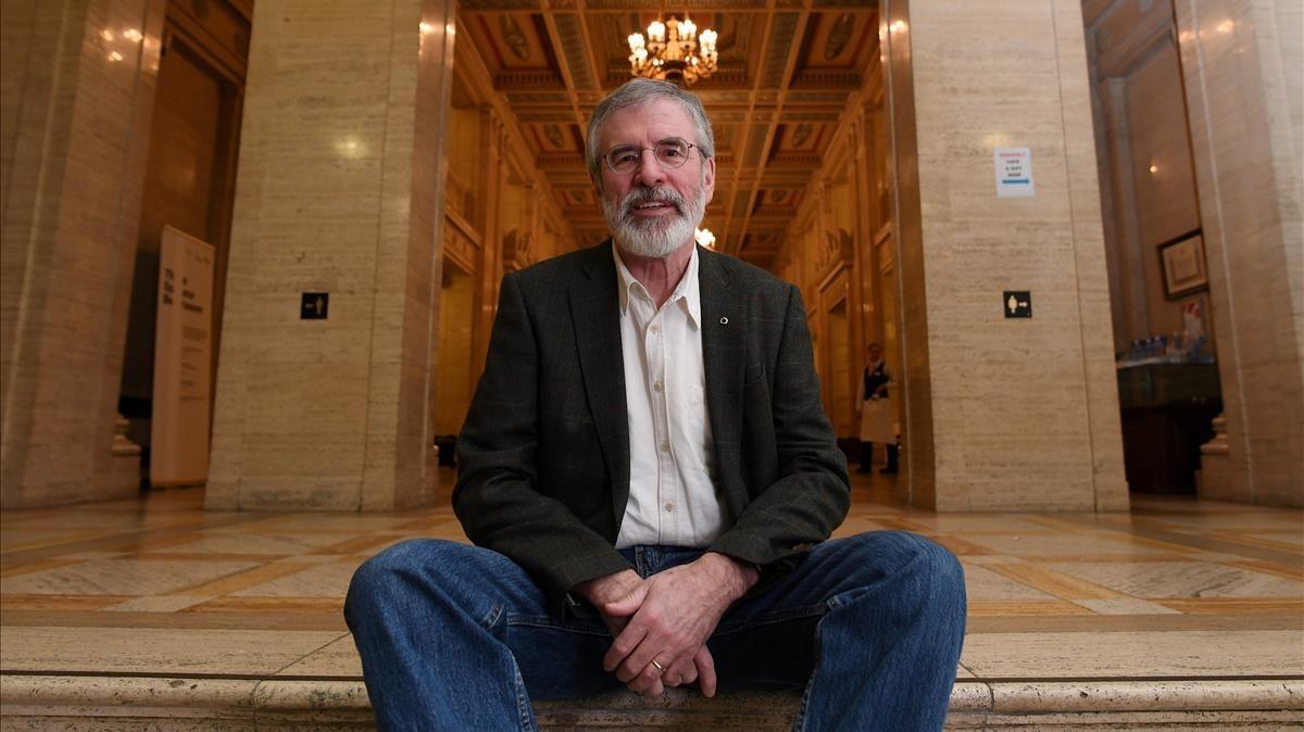 Gerry Adams posa para los fotógrafos en el interior del Parlamento deStormont, en Belfast, Irlanda del Norte.