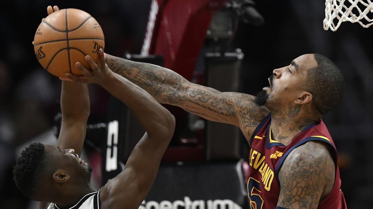 JR Smith tapona a Caris LeVert, de los Nets.