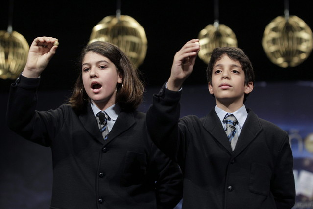 Dos niños de San Ildefonso, durante un sorteo de la Lotería de Navidad.