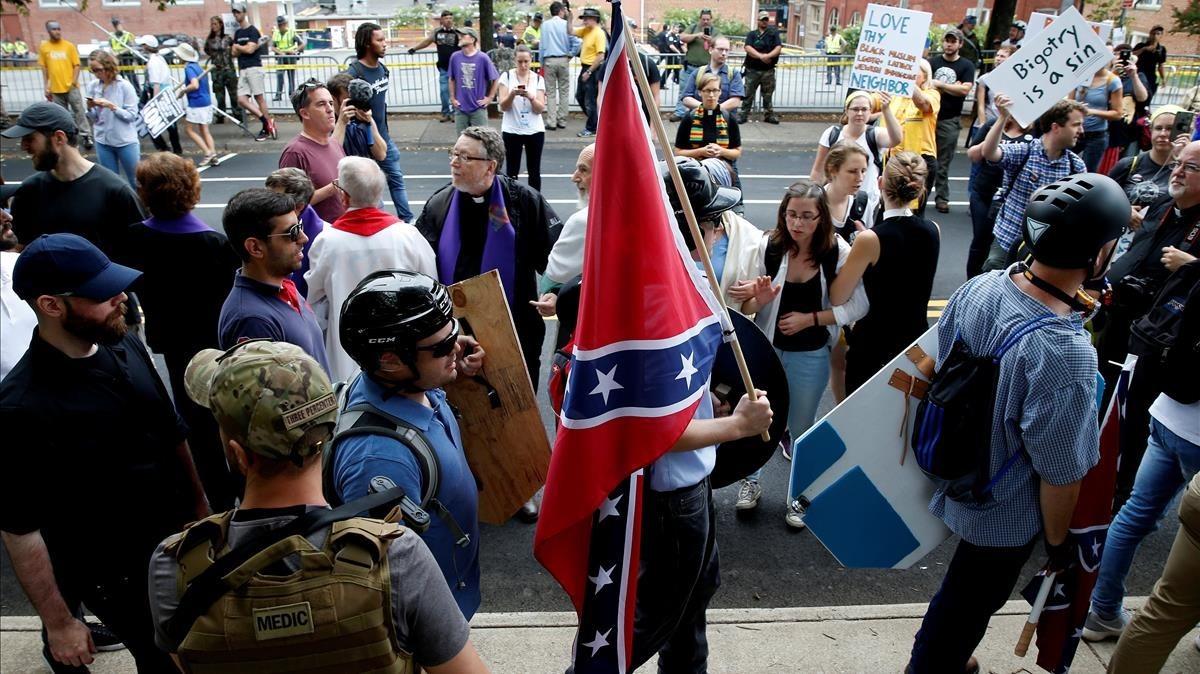 Supremacistas blancos con la bandera confederada en las protestas de Charlottesville en 2017