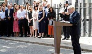 Symonds, la novia del nuevo primer ministro británico, Boris Johnson, vestida de rosa, observa mientras Johnson pronuncia un discurso frente a 10 Downing Street en Londres, el 24 de julio de 2019, el día en que fue nombrado primer ministro británico