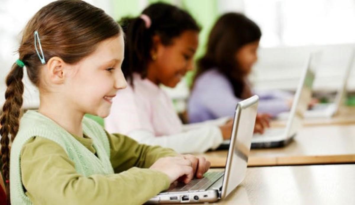 Bambini che usano dispositivi elettronici