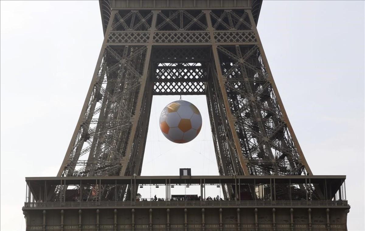 La torre Eiffeladornada con un balón de fútbol gigante en Paris.