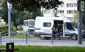 Fuerzas policiales ucranianas en el lugar del secuestro del autobús.