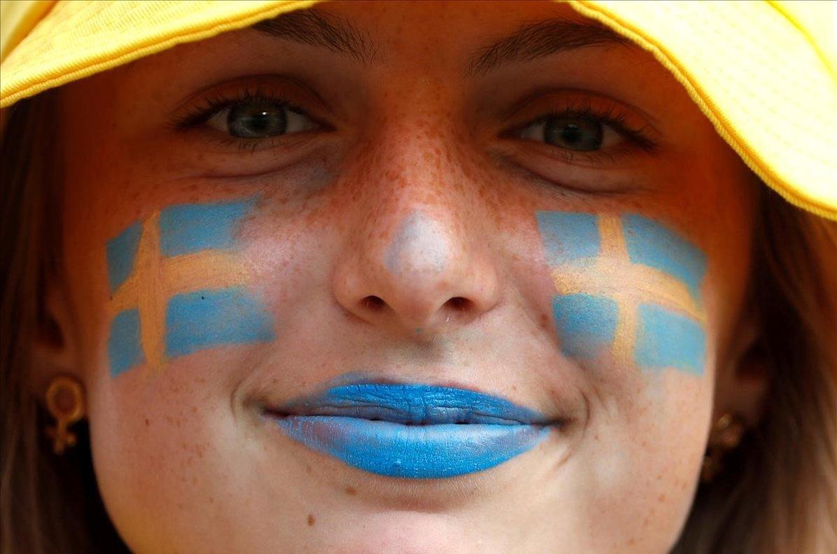 Una aficionada sonríe antes del partido de laCopa Mundial Femenina entre Suecia yTailandia en el estadio deNiza, Francia.