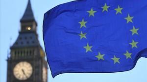 Una bandera europea junto al Big Ben, una de las torres del Parlamento británico, el miércoles, 23 de agosto.