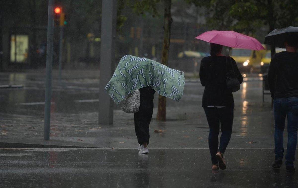 Una calle de Barcelona, en un día de lluvia, en octubre del 2019.