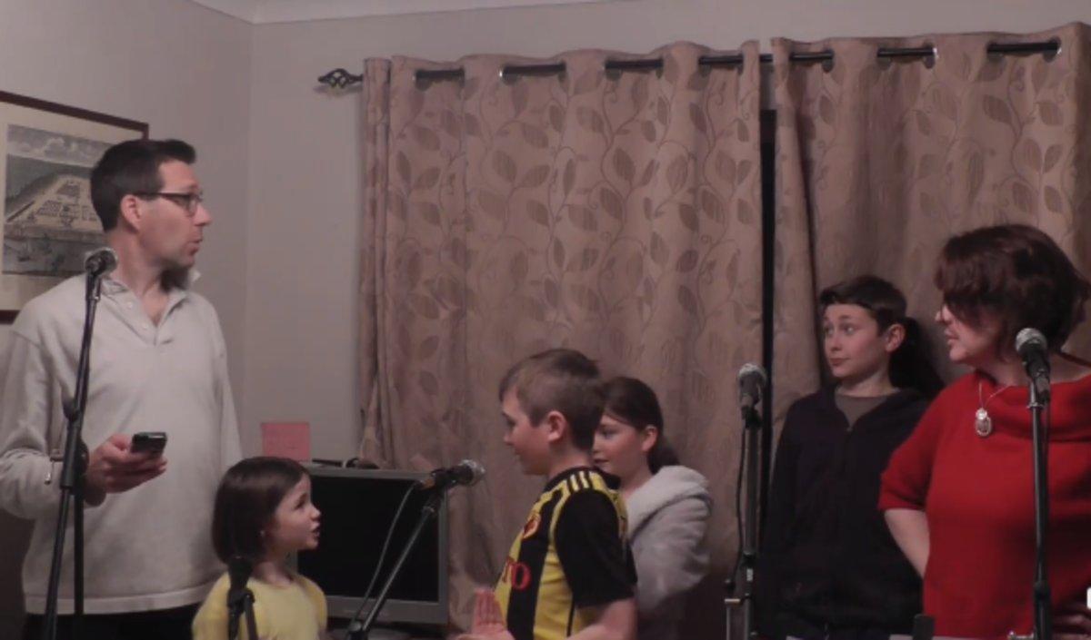 Una captura del vídeo de la familia Marsh versionando Los Miserables.