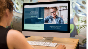 Una estudiante consulta la oferta formativa en la web del Instituto Tecnológico Telefónica.