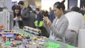 Una de las asistentes al Smart Mobility Congress fotografía una maqueta, esta semana
