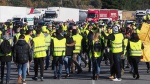 Una manifestación de chalecos amarillos bloquea el paso del tráfico en el peaje de la localidad francesa de Le Boulou.