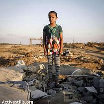 Una niña palestina, en lo que hasta el pasado verano era su habitación.