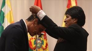 Pedro Sánchez recibe de manos de Evo Morales la condecoración del Condor de los Andes, este martes en Santa Cruz de la Sierra (Bolivia).
