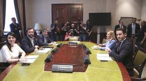 Los representantes de Vox, a la izquierda, y los del PP, a la derecha, en la reunión del Congreso, el martes.