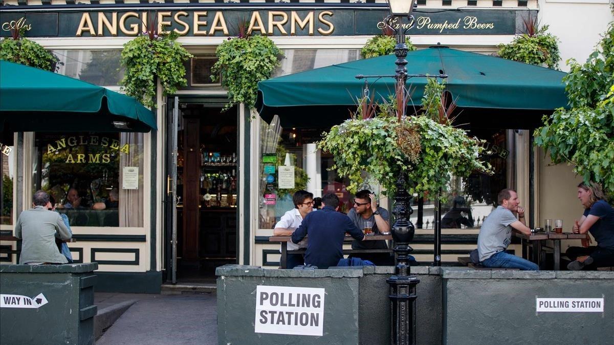 Unos clientes en la terraza de un pub de Londres convertido en local electoral para los comicios europeos, este jueves.