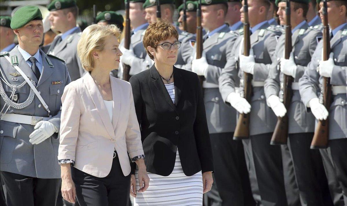 Ursula von der Leyen (izquierda) y su sucesora como ministra de Defensa en Alemania, Annegret Kramp-Karrenbauer, pasan revista a la Guardia de Honor en Berlín.