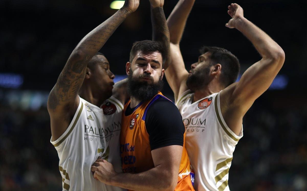 El valencianista Bojan Dubljevic, totalmente bloqueado por la defensa de Reyes y Thompkins
