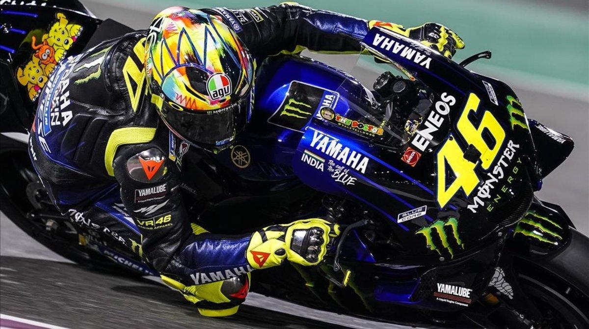 Valentino Rossi y su Yamaha, en el test de hoy en Catar.