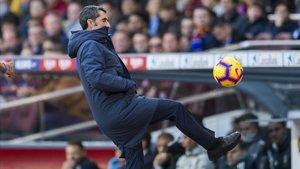 Valverde intenta controlar un balón durante el Barça-Madrid.
