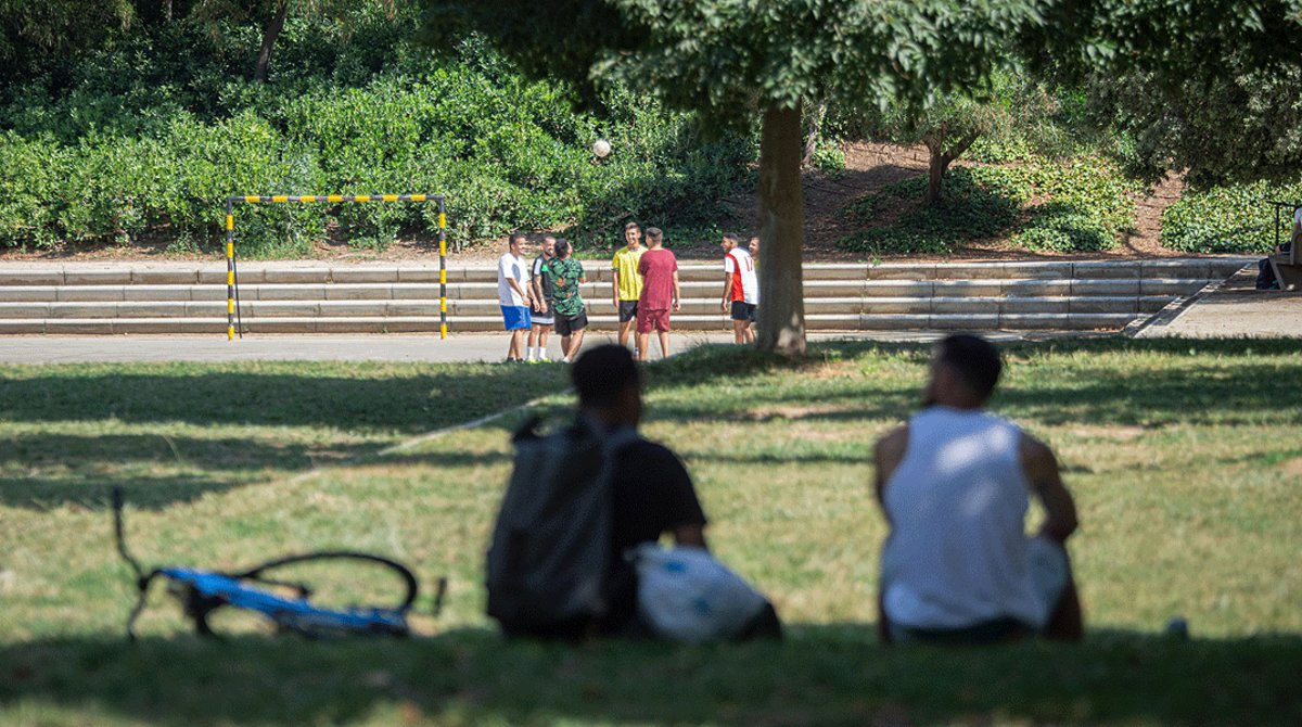 Varios jóvenes descansan o hacen deporte en el parque de Sant Martí, el pasado 17 de julio.