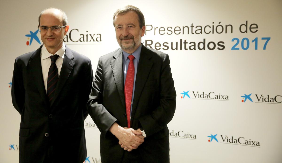 El director general de VidaCaixa, Javier Valle (i), y el vicepresidente ejecutivo y consejero delegado, Tomás Muniesa (d), durante la presentación de resultados del ejercicio del 2017.