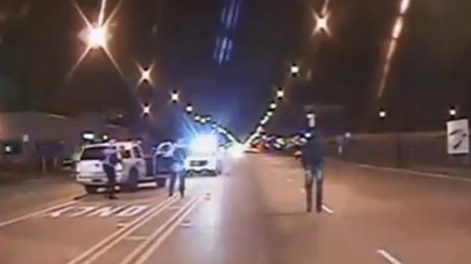 Vídeo que recoge el incidente entre un policía blanco de Chicago y un adolescente negro que murió tiroteado.