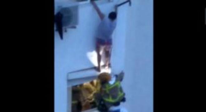 Vídeo del rescate de una mujer del piso incendiado en LHospitalet.