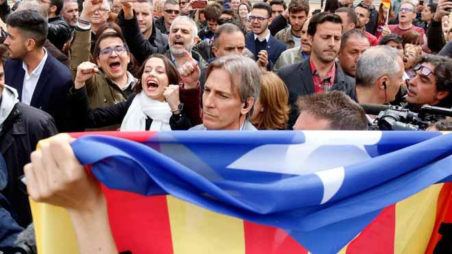 Desenes de persones insulten Arrimadas a Vic