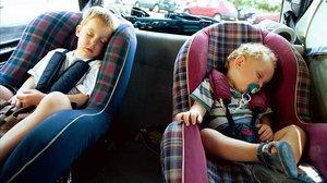 Dos niños viajan en su sillita.