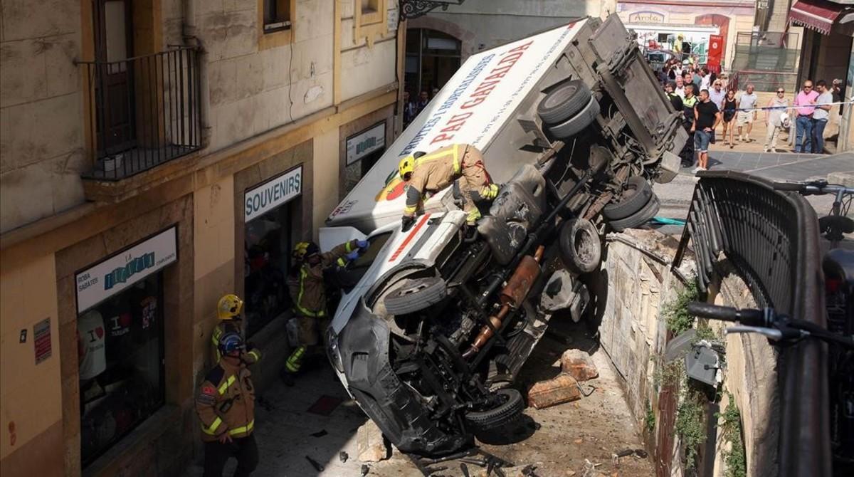 El camión de reparto, despeñado al romper una barandilla en Tarragona.