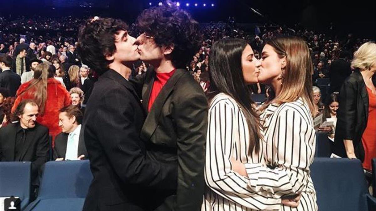 Los Javis, Dulceida y su mujer Alba Paul se besan en los Gaudí.
