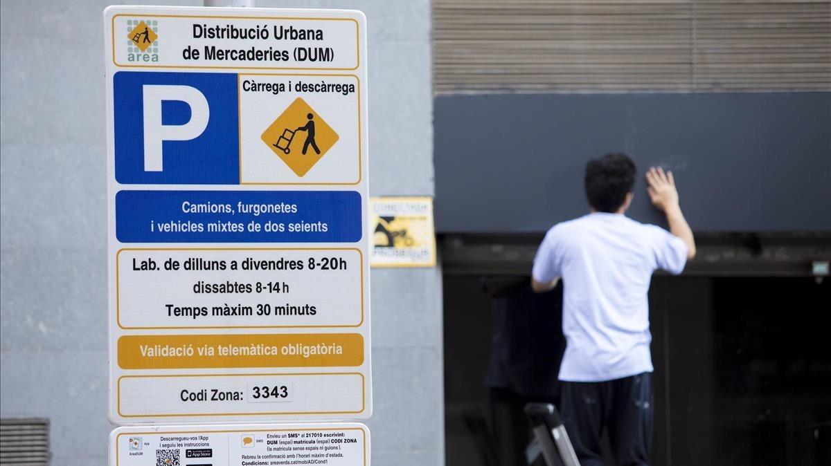 Cartel de carga y descarga en catalán, en la calle de Pere IV de Barcelona.