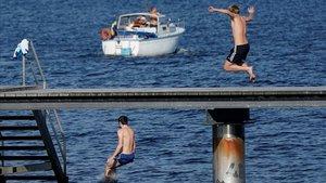 Varias personas disfrutan de la buena temperatura hoy domingo en Malmo (Suecia).