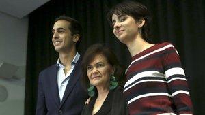 La vicepresidenta del Gobierno, Carmen Calvo, junto a los hijos de Concha Garcia Campo, Lorenzo y Berta, en la presentación del libro sobre la periodista.