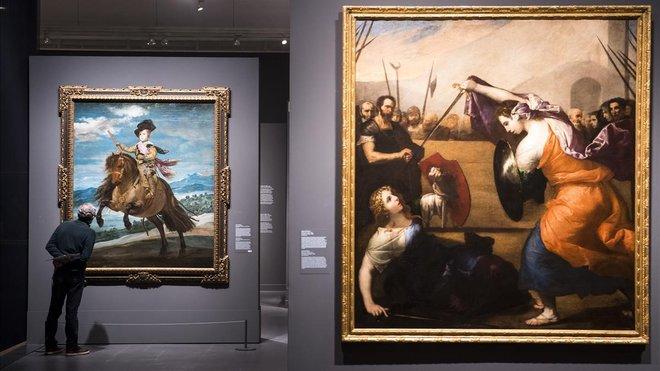 Al fondo, El príncipe Baltasar Carlos, a caballo, de Velázquez; en primer plano Combate de mujeres, de José de Ribera.