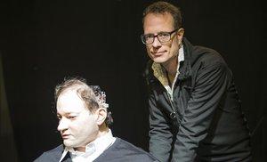 El director suizo Stefan Kaegi posa junto al clon humanoide de Thomas Melle, protagonista de Uncanny Valley.