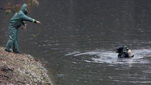Efectivos de la Guardia Civil inspeccionan el pantano de Campofrío, en Huelva, en busca del cuerpo de Laura Luelmo.