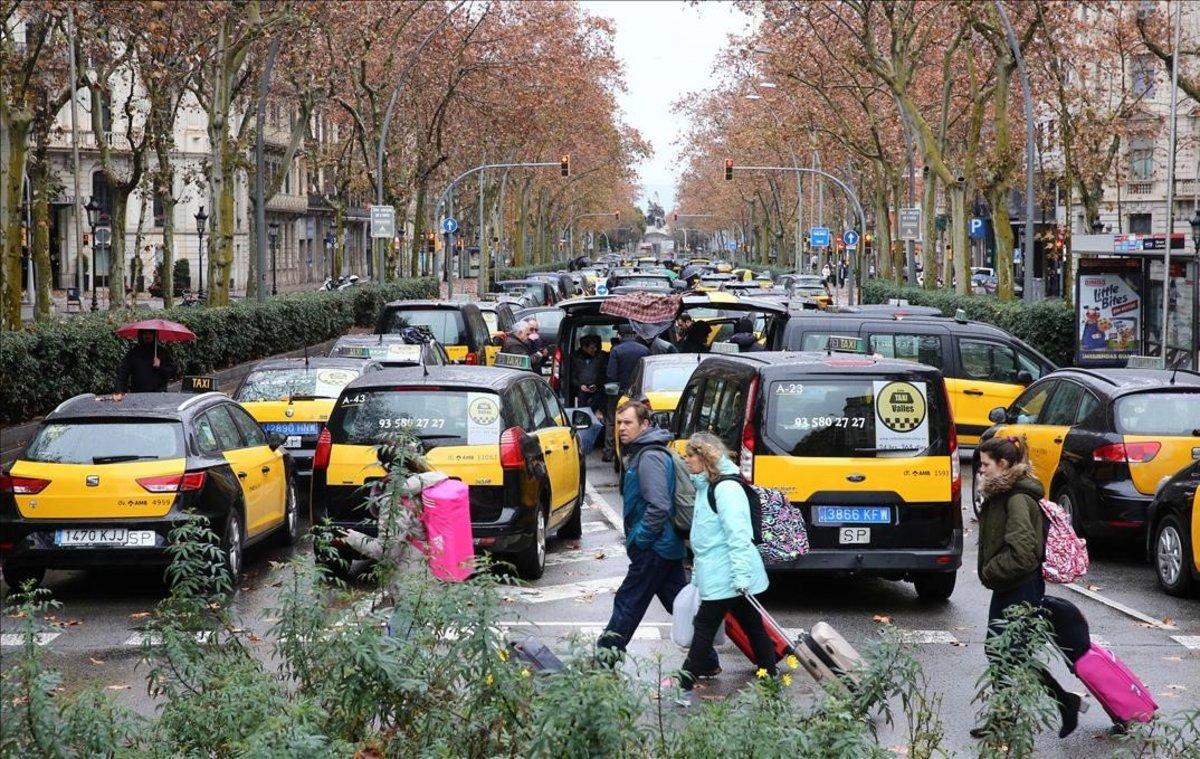 Decenas de taxistacolpasan, este domingo, la Gran Via de Barcelona