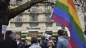 Manifestantes contra las leyes antihomosexualidad de Brunei,a las puertas del hotel Dorchester en Londres.