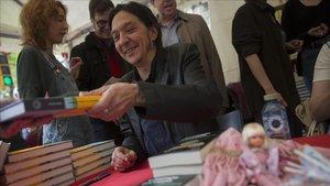 Santiago Lorenzo, autor de Los asquerosos, ayer firmando libros.
