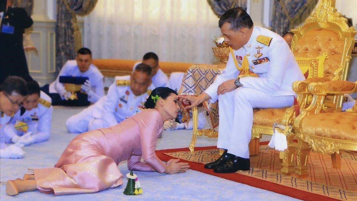 El rei de Tailàndia es confina en un hotel dels Alps amb 20 concubines
