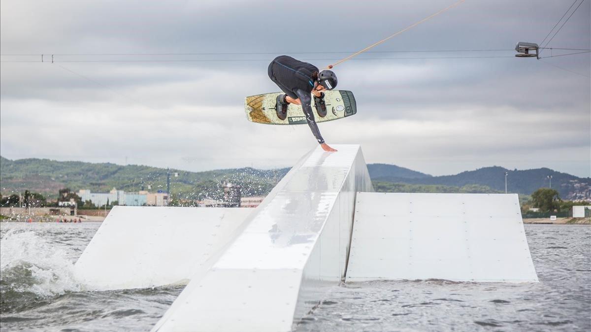 Quique Cornejo, uno de los 'riders' top, vuela sobre un obstáculo del Olimpic Cable Park, en el Canal Olímpic de Castelldefels.