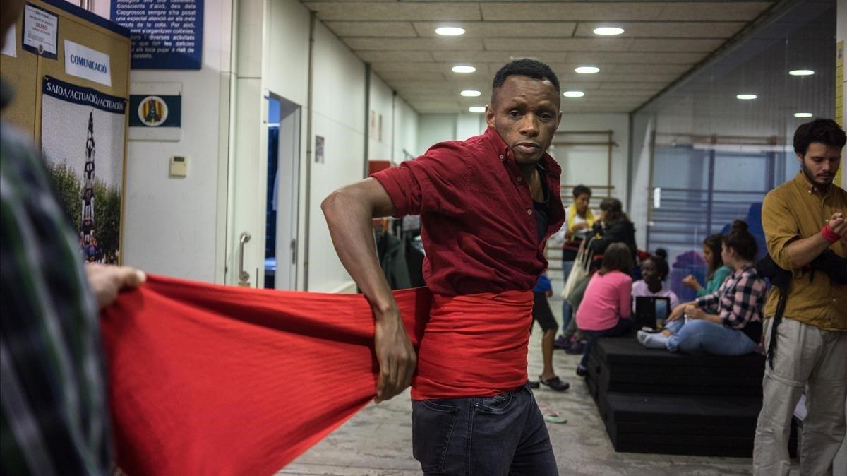 Sidibé Djakaridja, un joven de Costa de Marfil, se coloca la faja para iniciar el ensayo con los Capgrossos de Mataró.