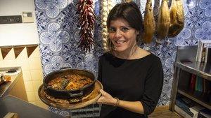 Sara Cuenca muestra un arroz con conejo y setasen Can Pineda.