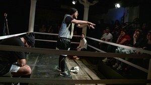 Dani Orviz suelta un gancho en verso tras arrinconar entre las cuerdas a Salva Soler, en el ring de Almazen.