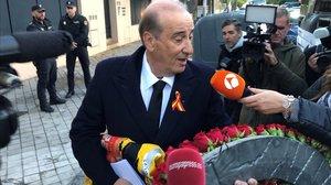 El net de Franco acudeix a la cerimònia amb una bandera preconstitucional